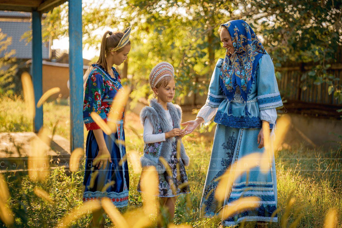 Localnici din Mila 23 în port tradițional. Mila 23, Delta Dunării, August 2019